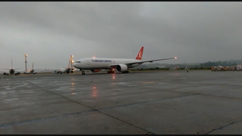 Avião vindo da China traz mais 3 mil litros de dose do IFA para produção da Coronavac — Foto: Reprodução