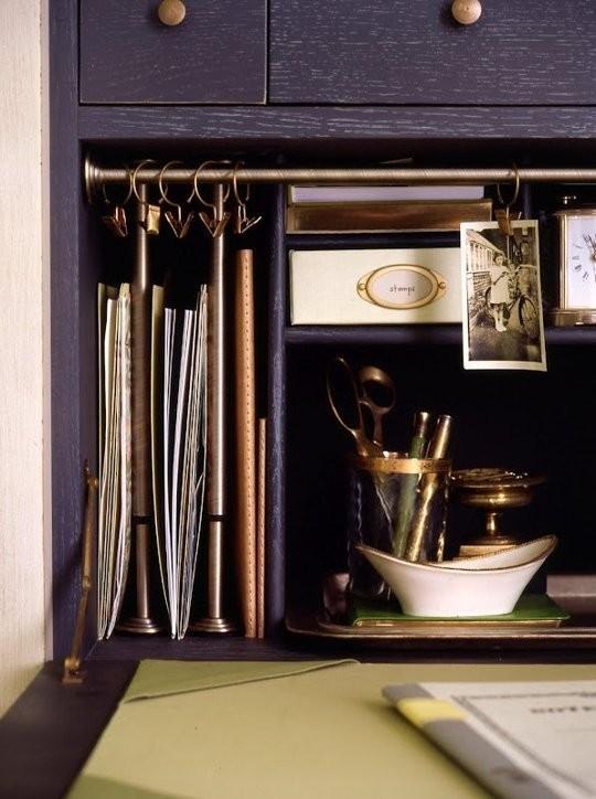 Barras expansíveis metálicas deixam o escritório elegante e organizado (Foto: Pinterest/Reprodução)