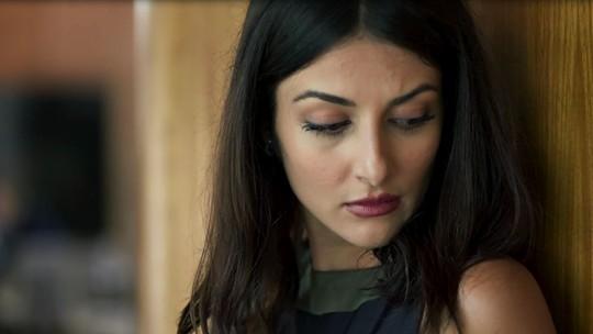 Em 'Órfãos', Camila flagra Dalila e Paul na companhia de homem suspeito