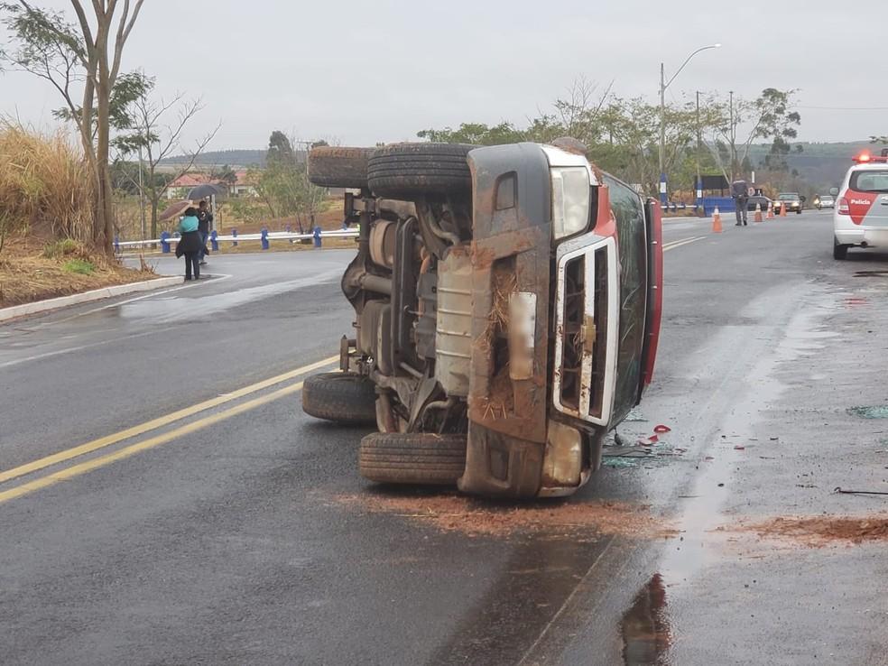 Viatura da Polícia Militar tombou em estrada vicinal (Foto: FM Metrópole)