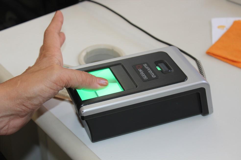 Eleitor cadastra biometria — Foto: Divulgação/Ascom TRE-RJ