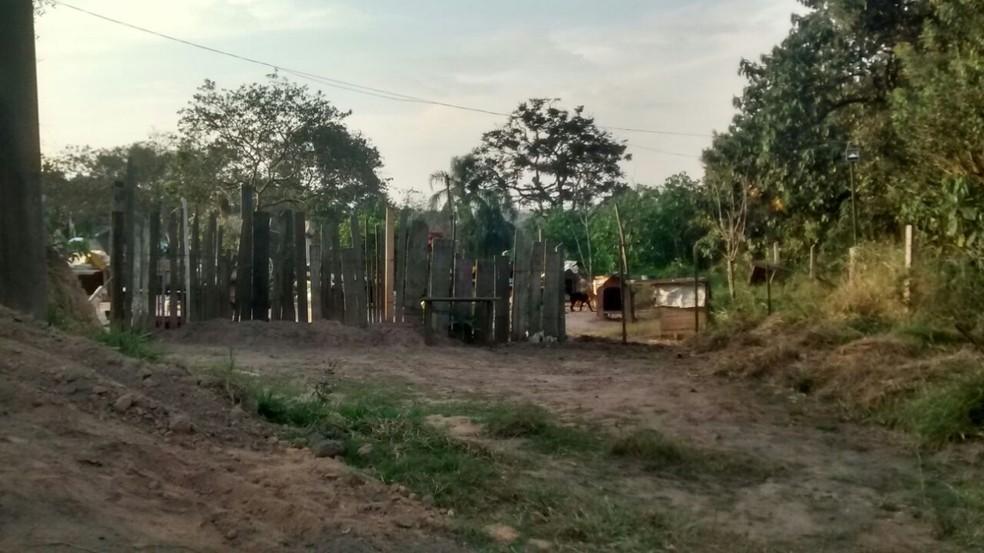 Mulher colocou cerca para fechar o trecho da via pública. (Foto: Sidneia da Silva Vieira/Arquivo Pessoal)