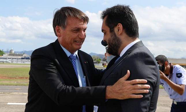 Cláudio Castro recebe Jair Bolsonaro no aeroporto