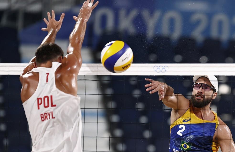 Bruno Schmidt ataca bola em partida contra dupla polonesa nas Olimpíadas de Tóquio — Foto: REUTERS/Pilar Olivares