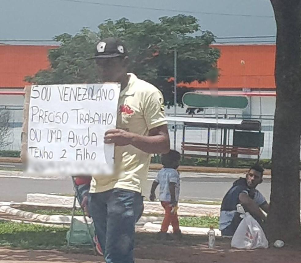 Venezuelano vai a semáforo pedir trabalho para comprar comida para esposa e dois filhos, em Campo Grande. — Foto: Keila Flores