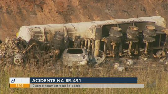 Corpos de vítimas de acidente que matou quatro pessoas na BR-491 são retirados em MG
