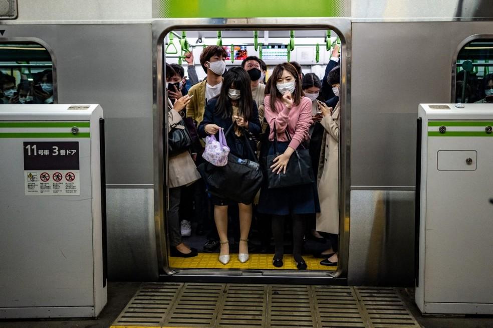 Pessoas no metrô de Tóquio no dia 23 de abril — Foto: Philip Fong/AFP