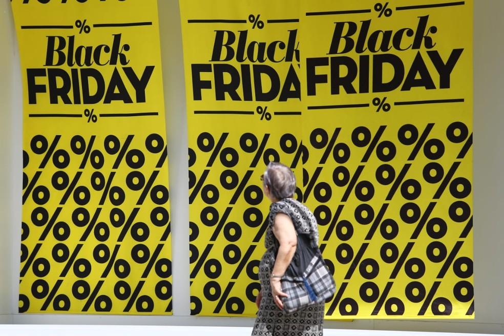 Lojistas se prepararam para a Black Friday nesta sexta-feira com enfeites alusivos à data. — Foto: Marcelo Brandt/G1