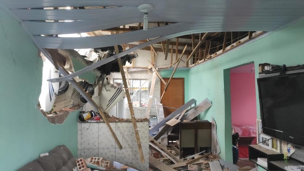Avião caiu sobre casa em Piraquara — Foto: Ramon Pereira/RPC