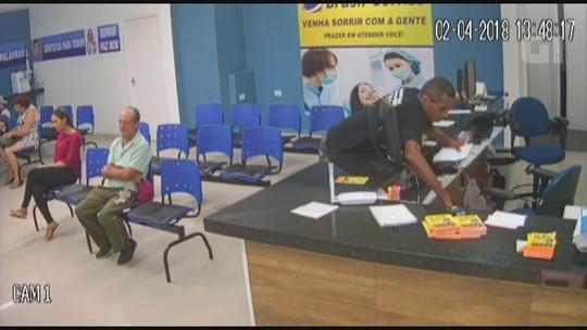Bandido finge ser paciente e furta envelope com dinheiro de clínica; vídeo