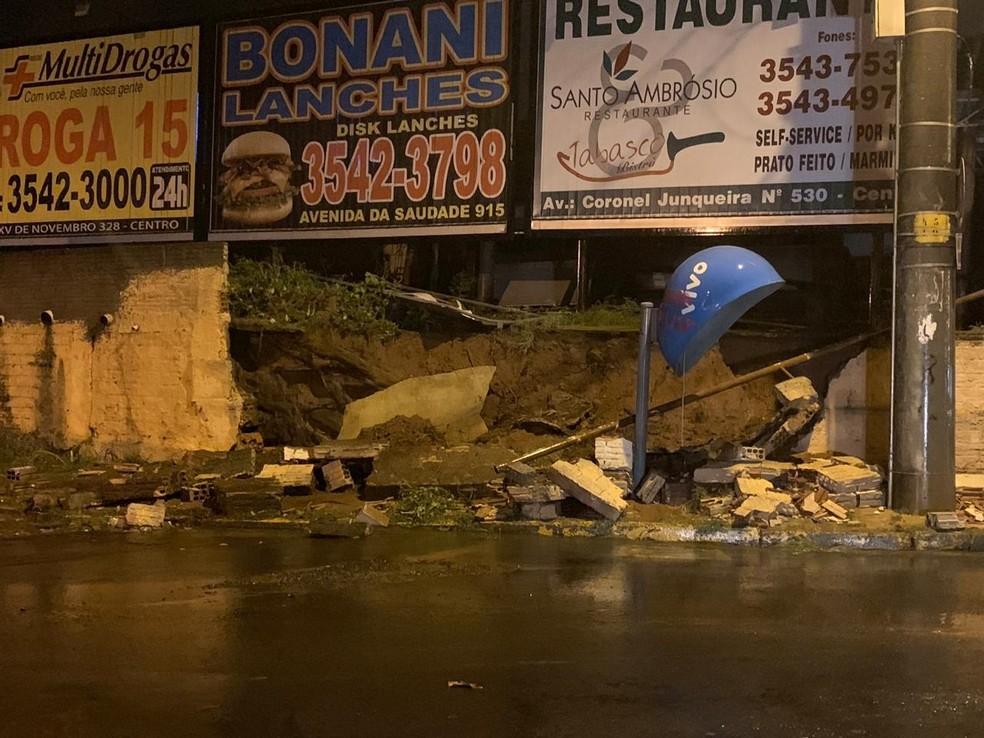 Muro caiu por causa da força da chuva em Novo Horizonte — Foto: Arquivo Pessoal