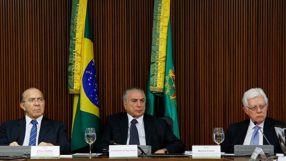 Da esquerda para a direita: Eliseu Padilha (Casa Civil), Michel Temer e Moreira Franco (Minas e Energia) (Foto: Alan Santos/PR)