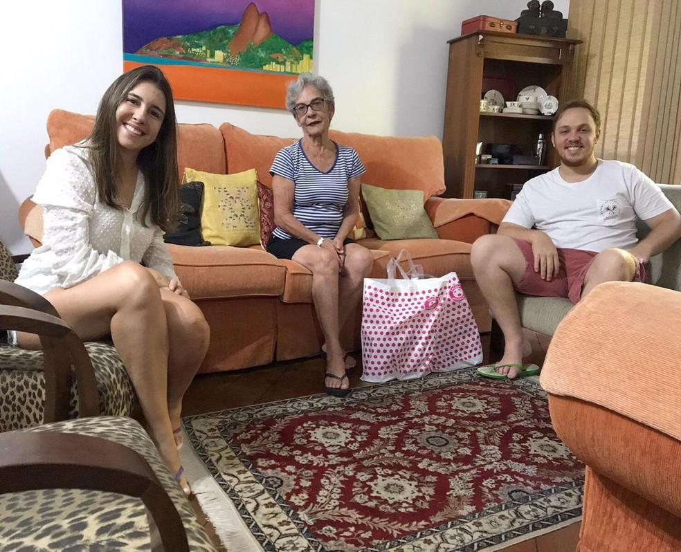 Maria José com o casal Hugo e Larissa, vizinhos que ajudam no período de quarentena — Foto: Arquivo Pessoal