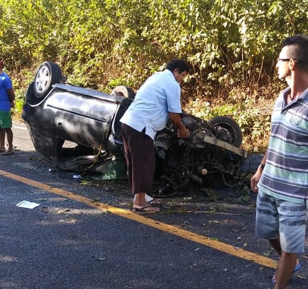 Moradores de Mucambo que estavam próximos ao local do acidente retiraram o corpo do animal da CE-253 — Foto: Reprodução