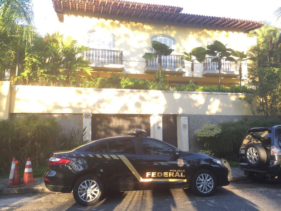 Carro da PF na porta da casa o presidente do COB, Carlos Arthur Nuzman. (Foto: Fernanda Rouvenat/ G1)