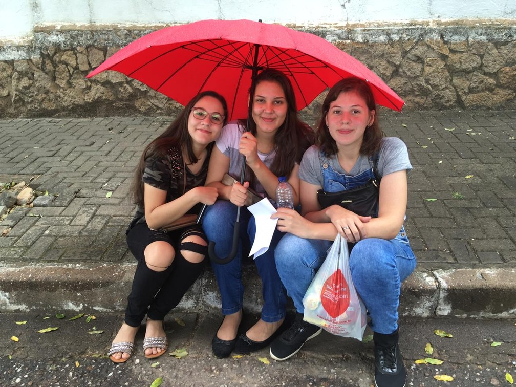 Irmãs prestam o Enem juntas neste domingo (4) em Cuiabá — Foto: Lidiane Moraes/ G1