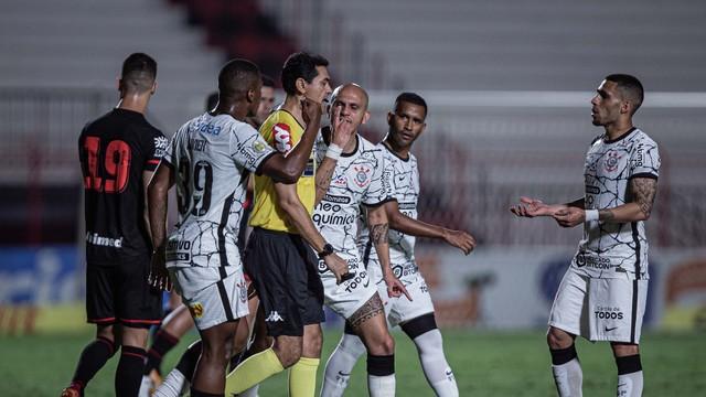 Jogadores do Corinthians reclamam com a arbitragem no jogo contra o Atlético-GO