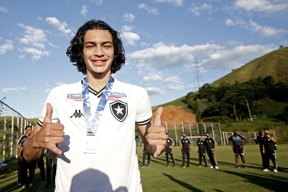 Matheus Nascimento foi campeão da Taça Rio Sub-20 com o Botafogo — Foto: Vitor Silva/Botafogo