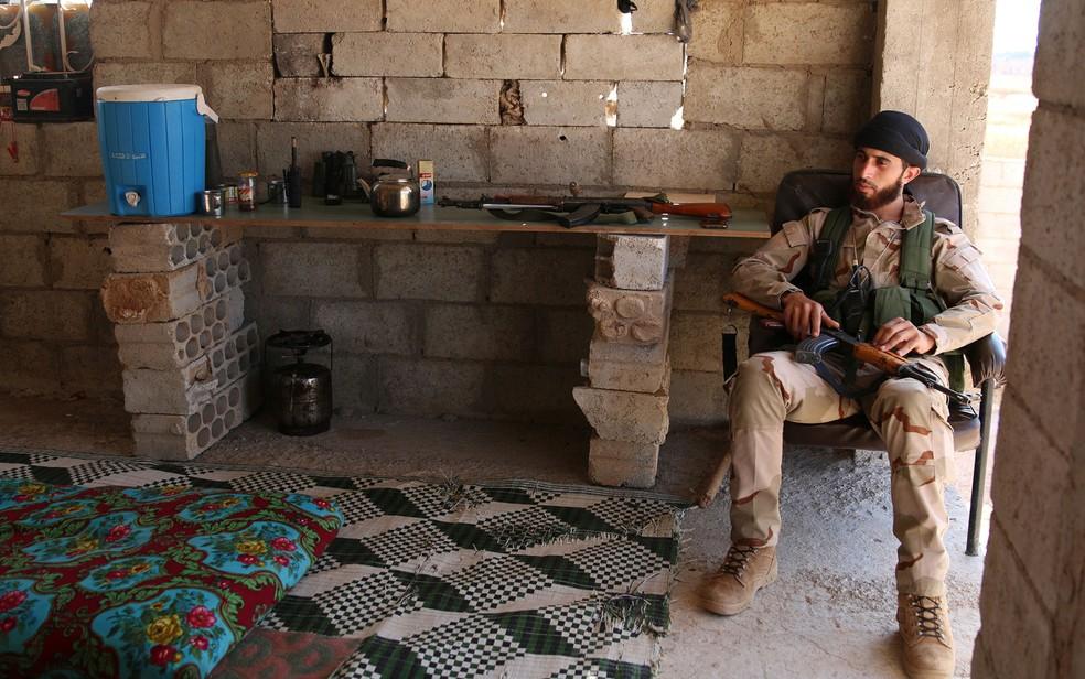 Integrante do Exército Livre Sírio segura arma na vila de Al-Yadudah, dominada por rebeldes, em 19 de julho (Foto: Reuters/Alaa Al-Faqir)