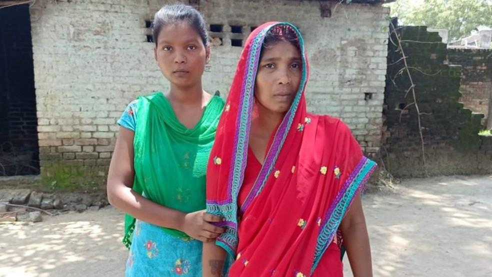 Shakuntala Devi (à direita) ainda está tentando entender por que sua filha foi morta — Foto: Rajesh Arya/Via BBC