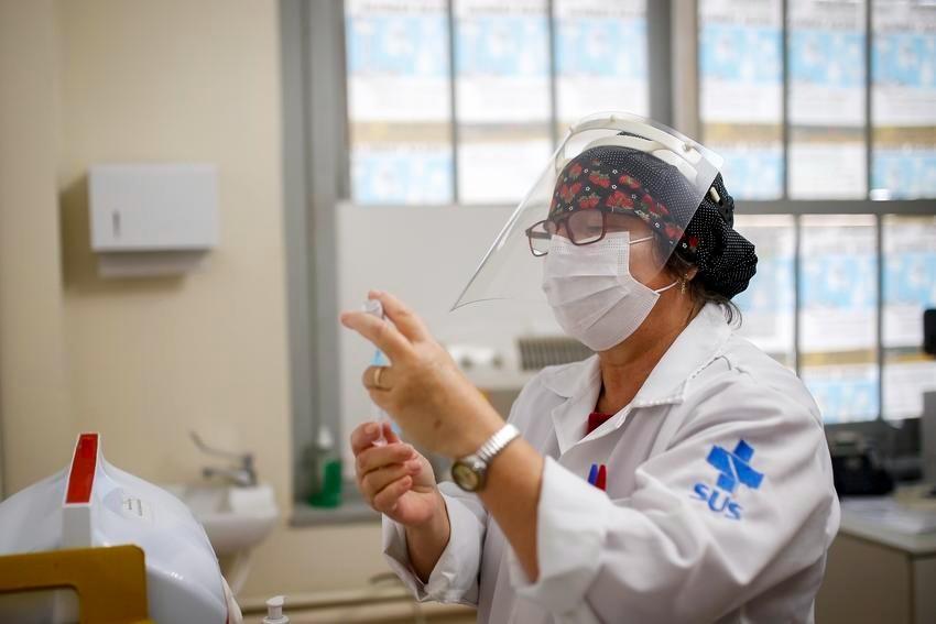 Vacinação contra a gripe começa nesta segunda; idosos não serão os primeiros a serem vacinados