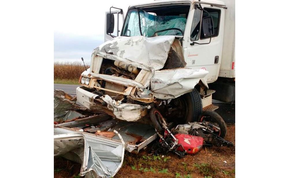 Passageiros da Towner morreram na hora (Foto: Edivaldo Braga/Blogbraga)