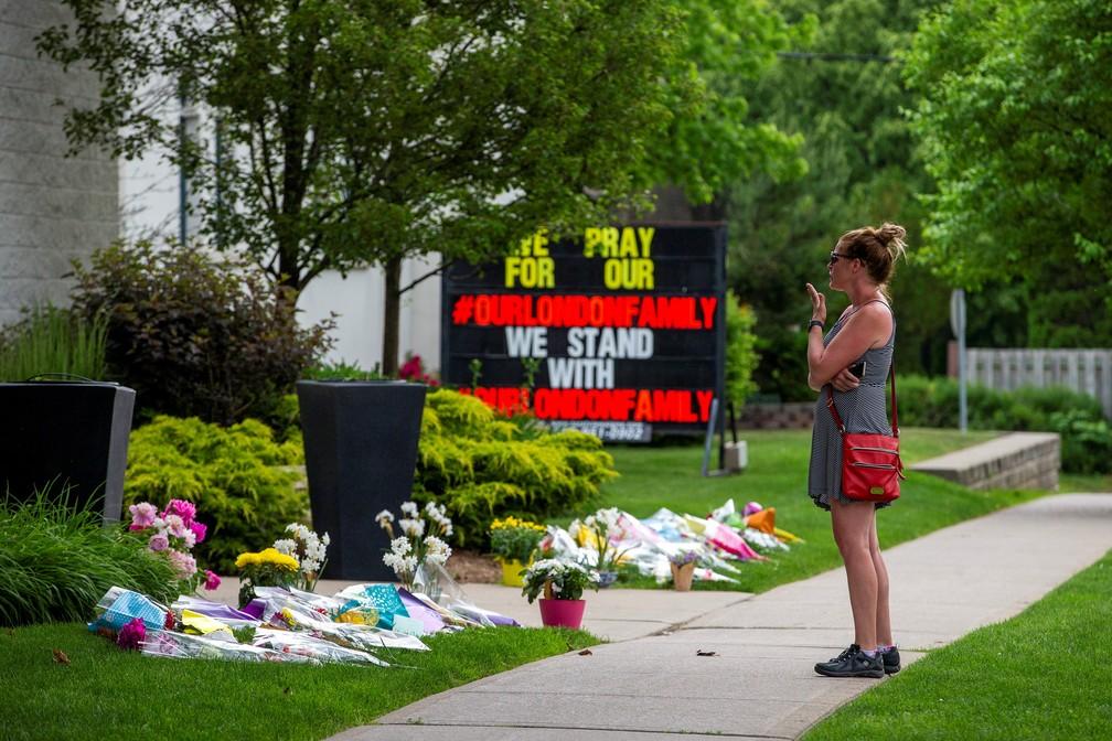 Mulher presta homenagem a família muçulmana morta durante atentado de extremista no Canadá em foto de 8 de junho de 2021 — Foto: Carlos Osorio/Reuters