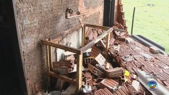 Temporal causa queda de estrutura metálica da rodoviária em Barbosa