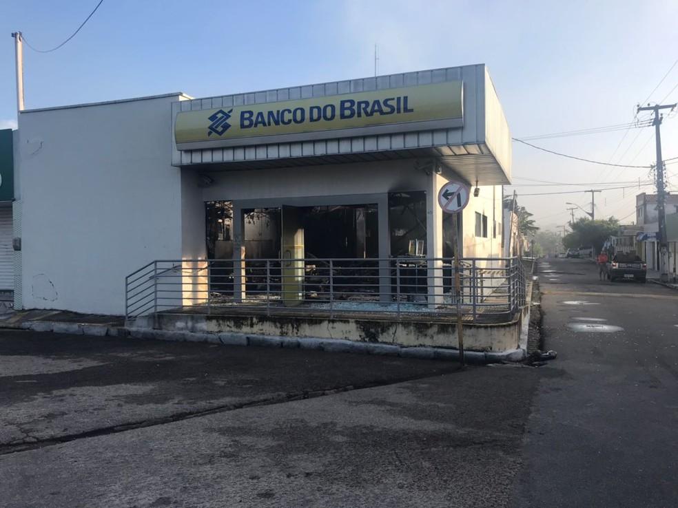 Bandidos explodem caixa eletrônico em ag6encia bancária na Grande Natal (Foto: Kleber Teixeira/Inter TV Cabugi)