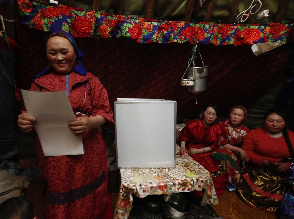Comunidade dos nenets vota antecipadamentem em eleições presidenciais da Rússia (Foto: Sergei Karpukhin/Reuters)