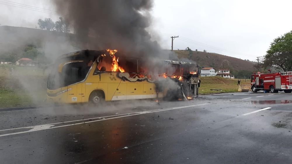 Ônibus da Viação Itapemirim pega fogo e mobiliza bombeiros na Dutra em Aparecida, SP