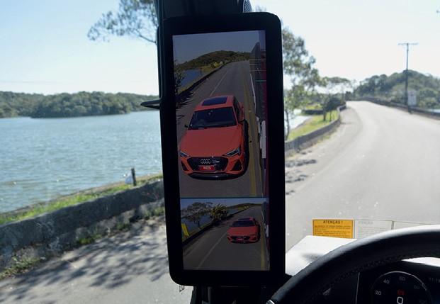 O Mercedes Actros oferece dois ângulos de visão e linhas de referência para o motorista  (Foto: André Schaun)