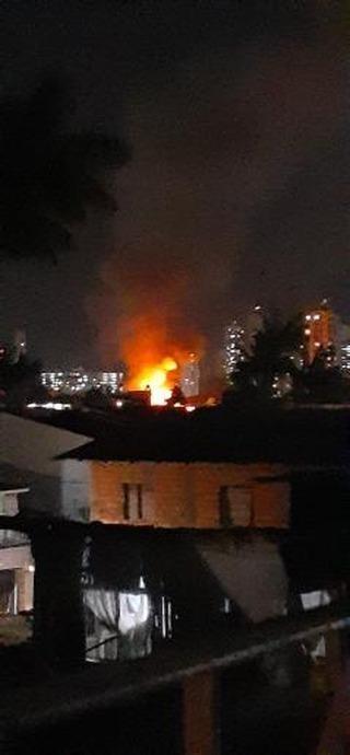 Incêndio atinge quatro casas no bairro de Fátima, em Belém