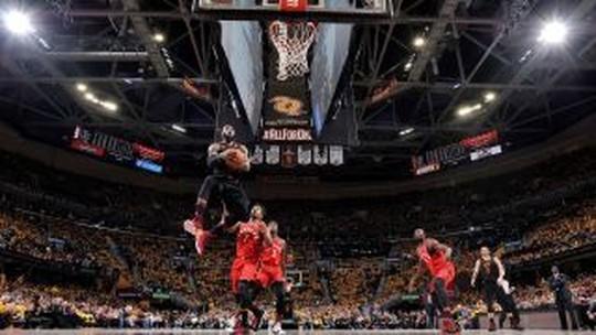 "Baile, e até arremesso ""impossível"" de LeBron: Cavs varrem os Raptors"