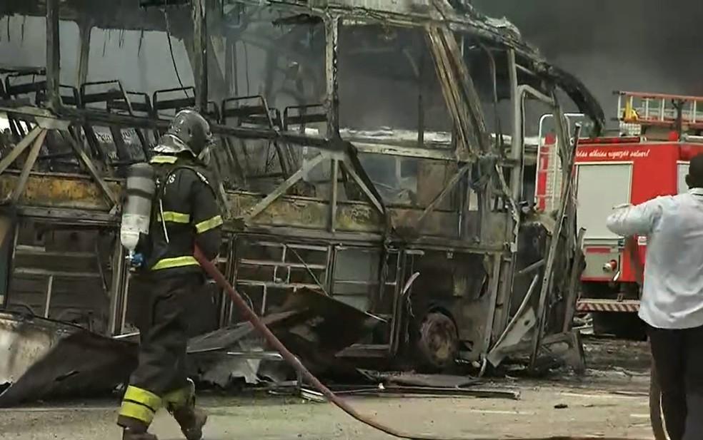 Bombeiros estão no local combatendo as chamas — Foto: Reprodução/TV Bahia