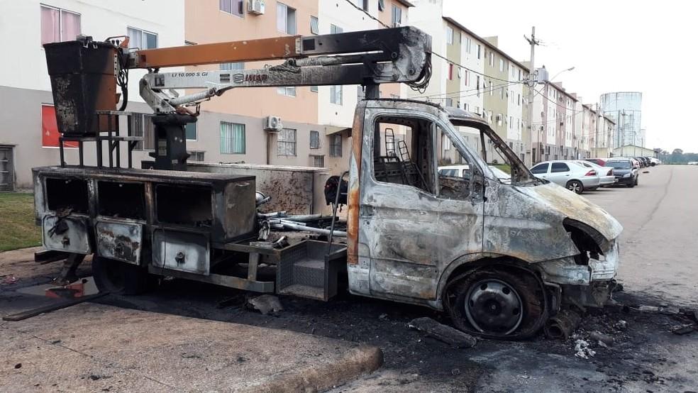 Caminhão da prefeitura foi incendiado, no conjunto residencial Orgulho do Madeira, em Porto Velho.  — Foto: Iule Vargas/ Rede Amazônica