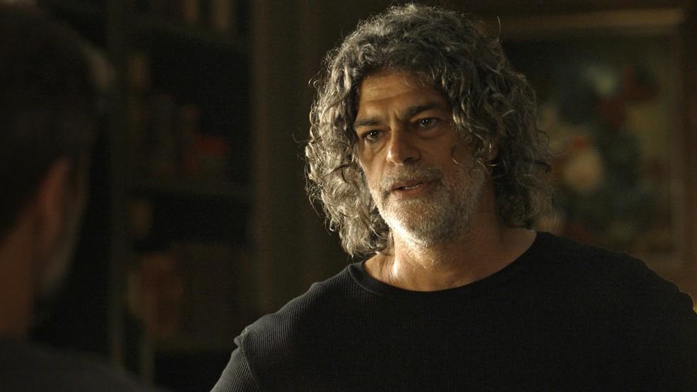 León (Eduardo Moscovis) aceita convite para morar com Gabriel (Bruno Gagliasso), em 'O Sétimo Guardião' — Foto: TV Globo