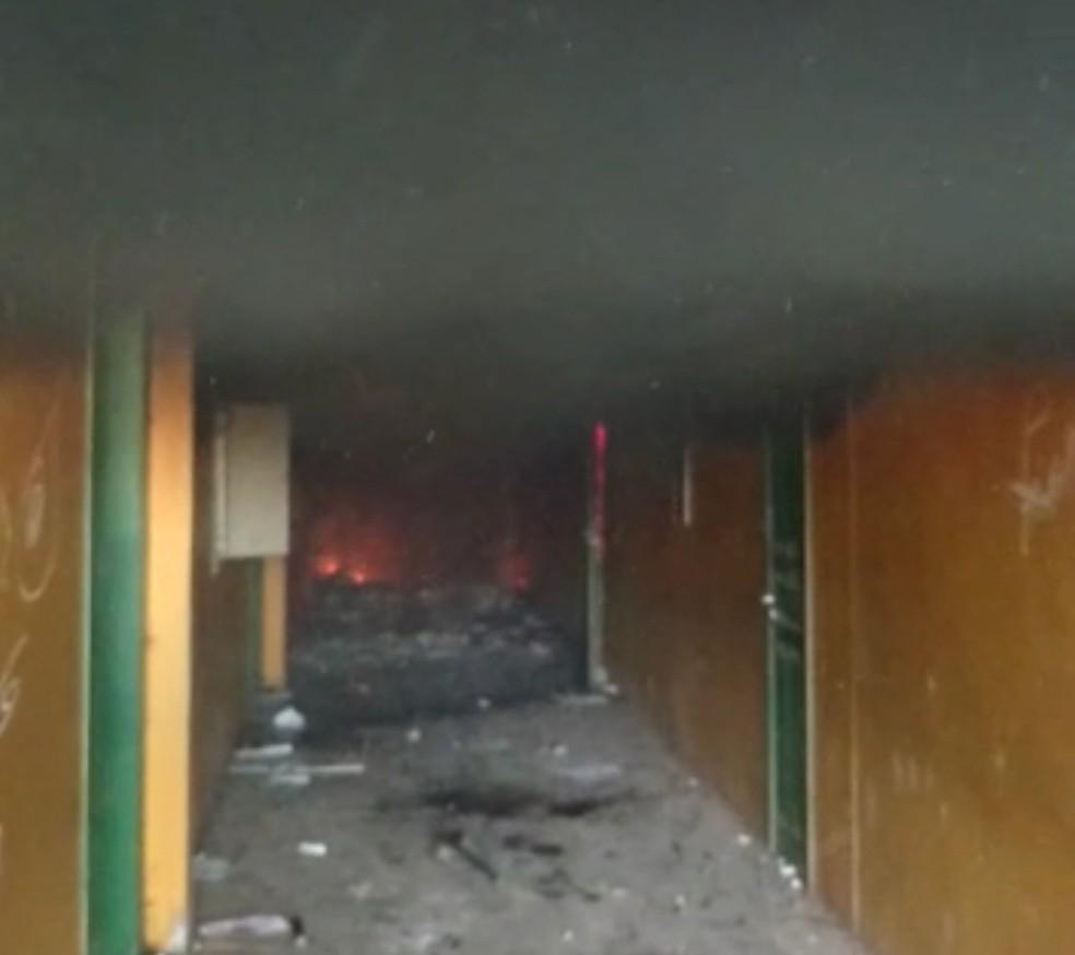 Chamas atingiram interior da escola (Foto: Divulgação/Polícia Militar)