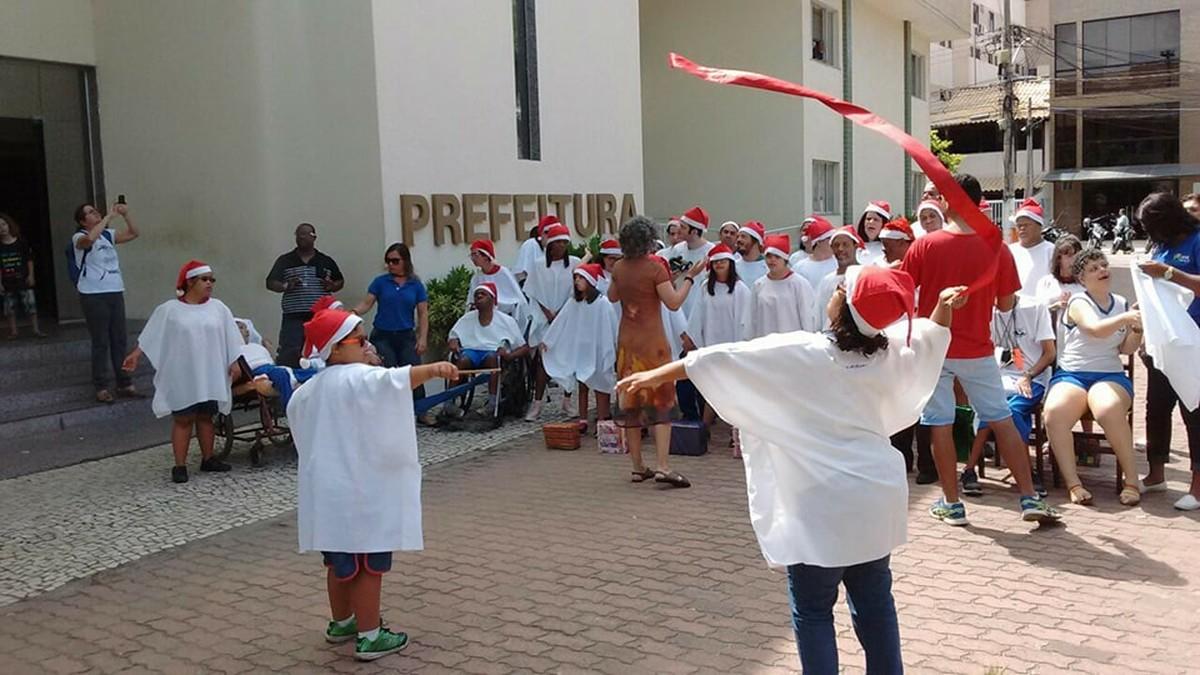 Apae realiza cantata de Natal no Centro de Cabo Frio, no RJ