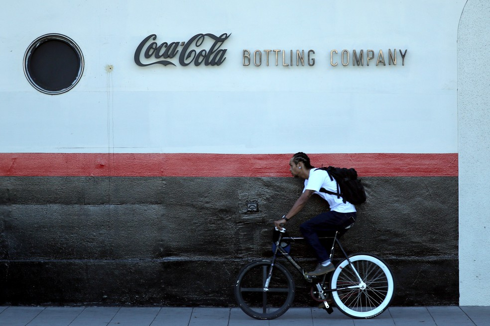 Homem passa em frente à fábrica da Coca-Cola em Los Angeles (Foto: REUTERS/Lucy Nicholson)