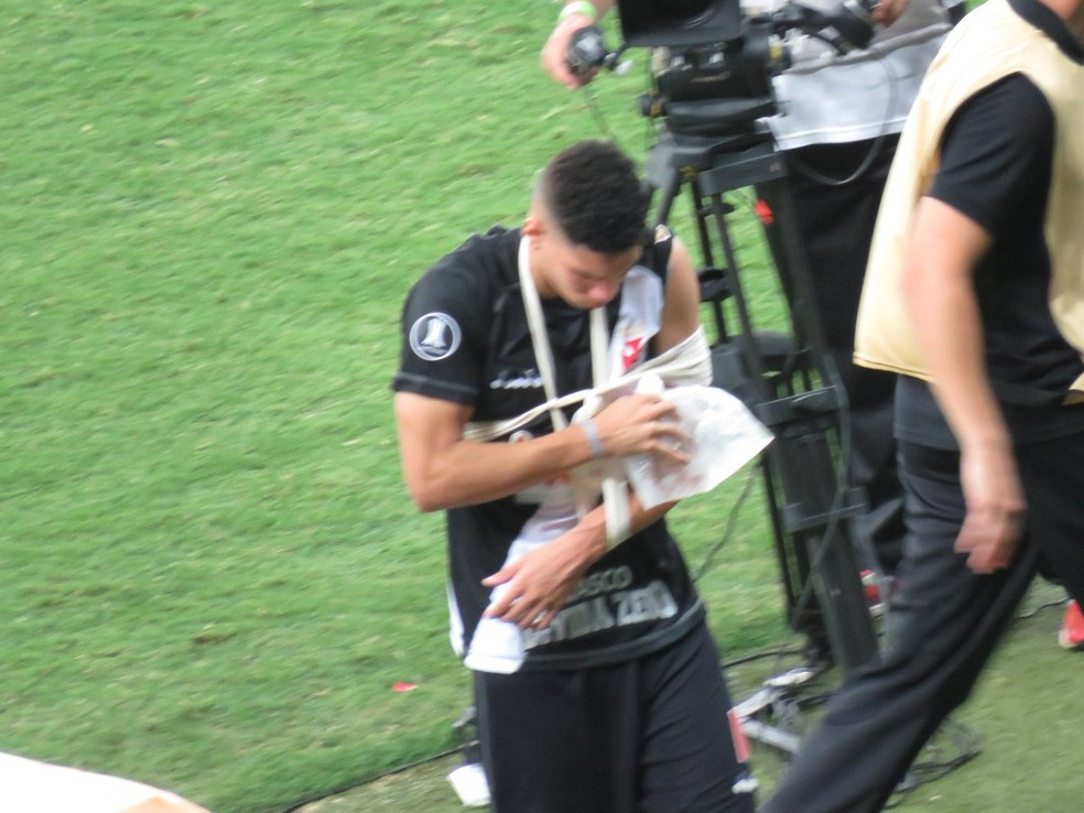 Paulinho em abril do ano passado: lesão complicada no cotovelo esquerdo — Foto: Felipe Schmidt/GloboEsporte.com