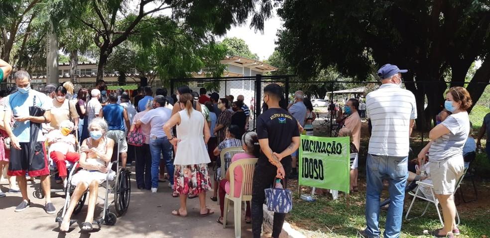 Posto de Taguatinga, no DF, tem aglomeração de idosos acima de 80 anos em busca de vacina contra a Covid-19 — Foto: Arquivo pessoal