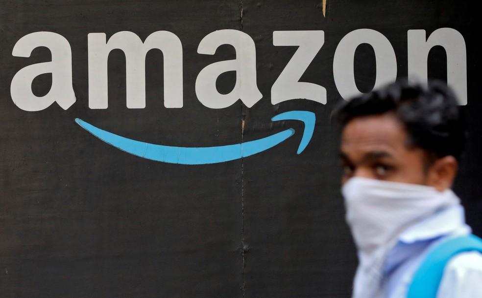Homem passa em frente a logo da Amazon em Mumbai, na Índia. — Foto: REUTERS/Francis Mascarenhas
