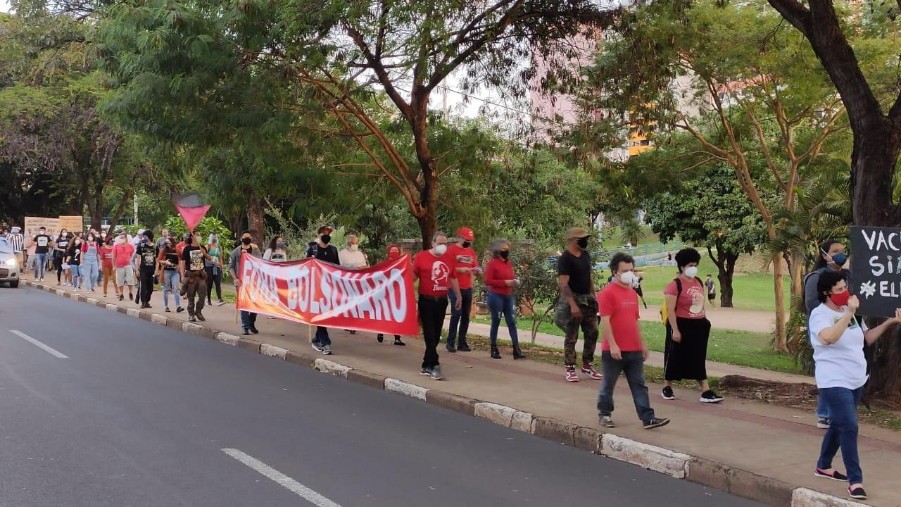 Manifestantes fazem ato contra Jair Bolsonaro e a favor da vacina em Presidente Prudente