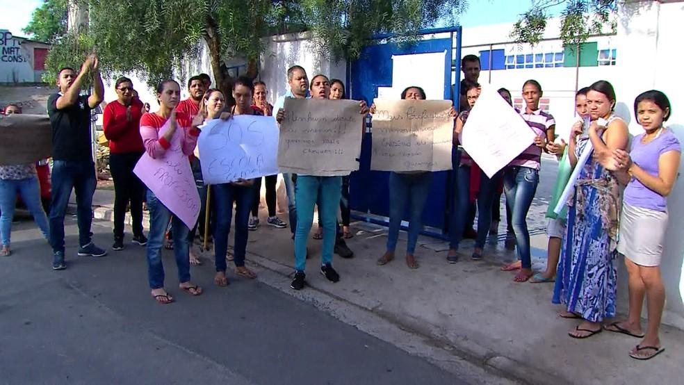Manifestação de pais de alunos na porta da creche municipal Vila Sol (Foto: Reprodução/TV Globo)