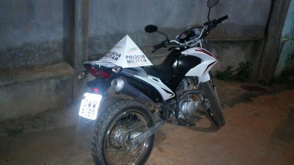 Adolescente foi flagrada pilotando a moto no Centro de Japonvar (Foto: Polícia Militar/Divulgação)