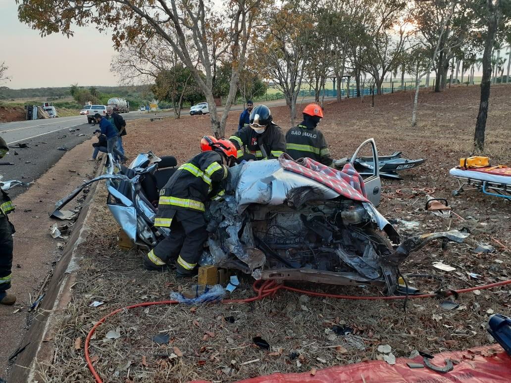 Carro fica destruído após batida com caminhão; motorista ficou ferida