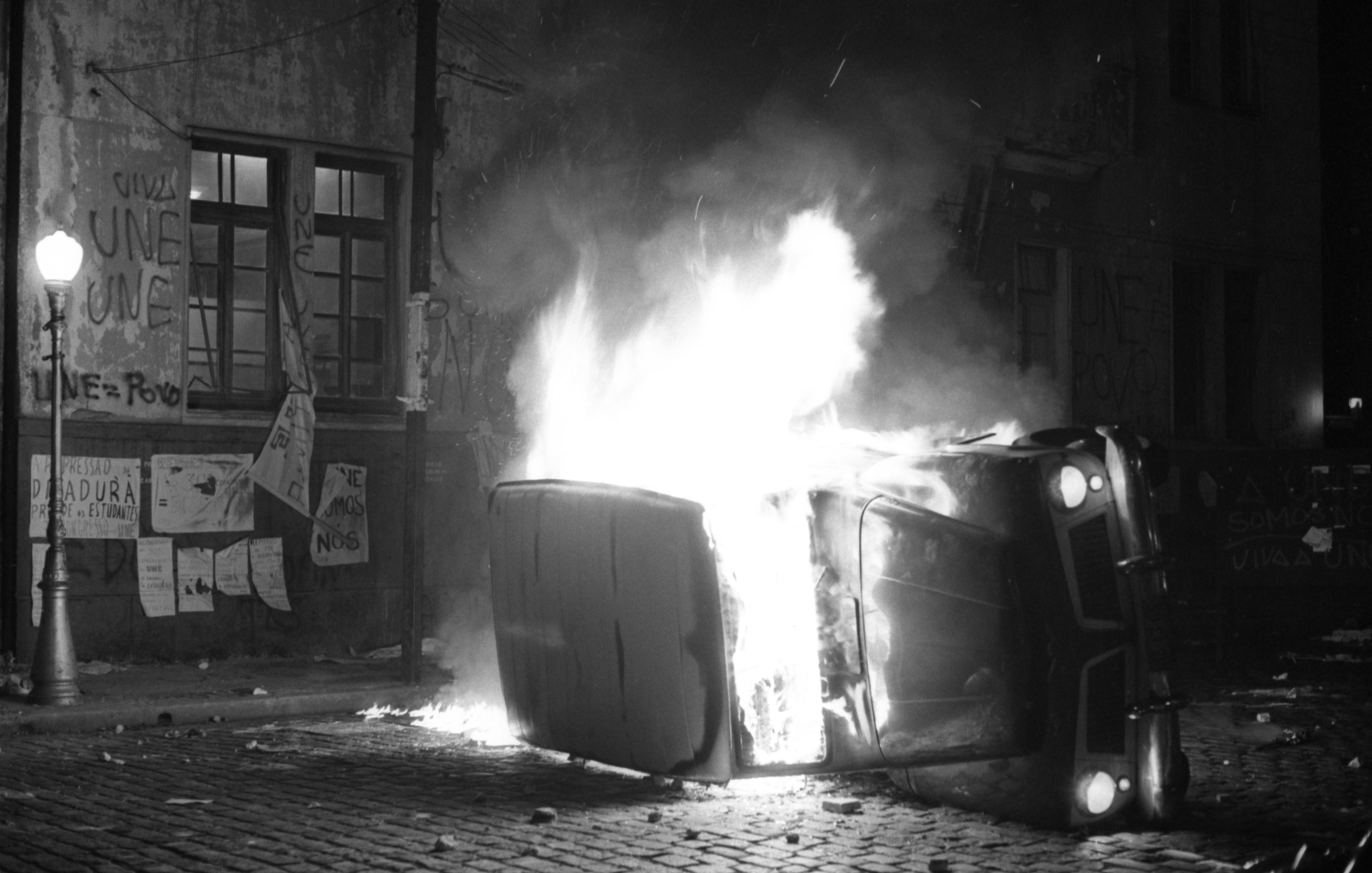 Carro em chamas durante ocupação de estudantes na antiga sede da UNE, no Flamengo
