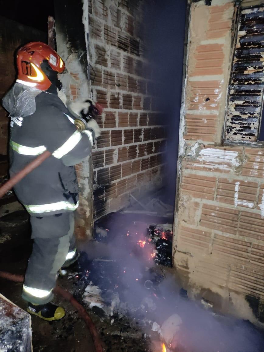 Vela acesa pode ter provocado incêndio em barracão no Bairro Monte Carmelo, em Montes Claros