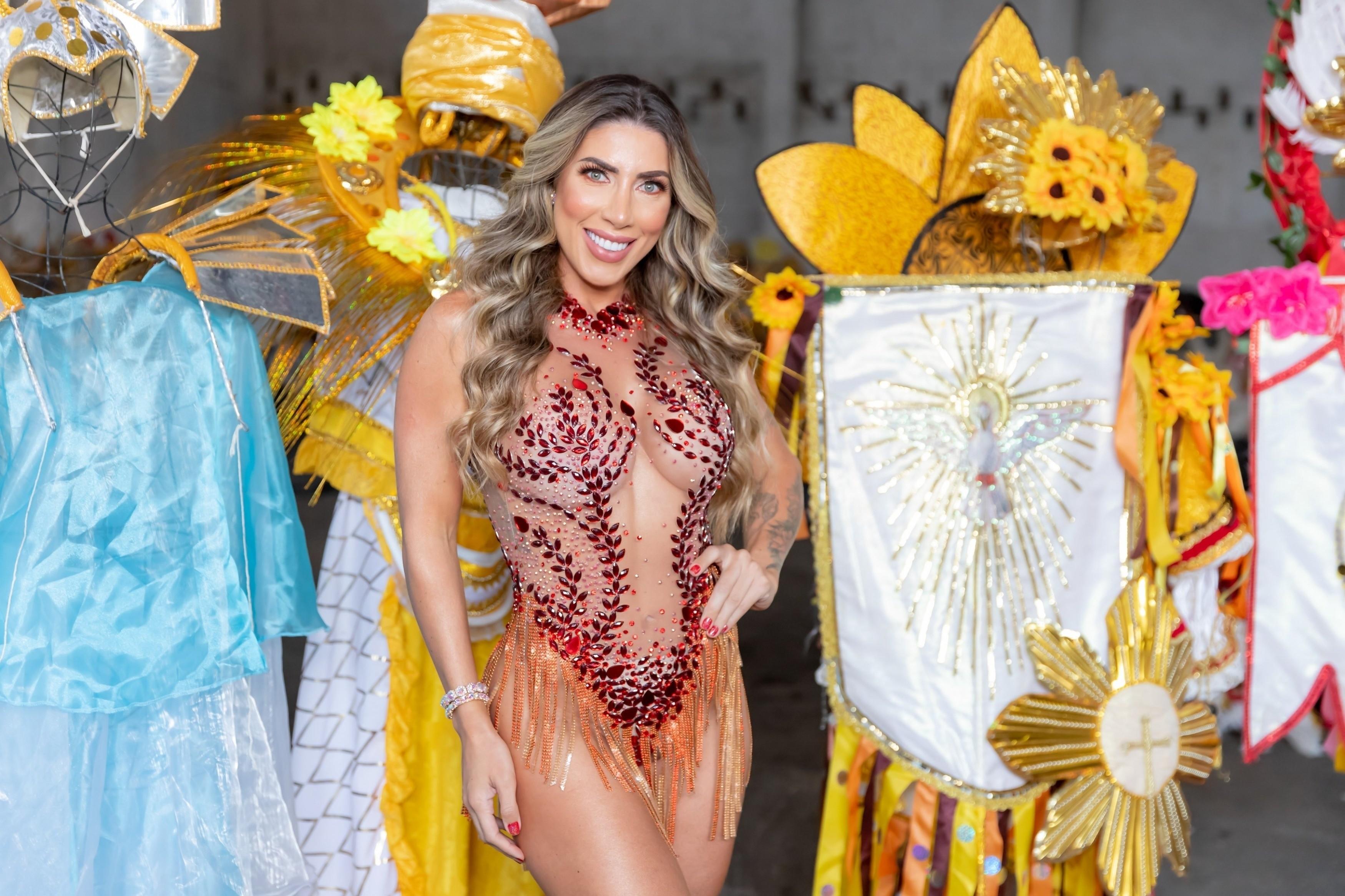 Tati Minerato é coroada Rainha de Bateria da Porto da Pedra (Foto: Daniel Pinheiro / AgNews)